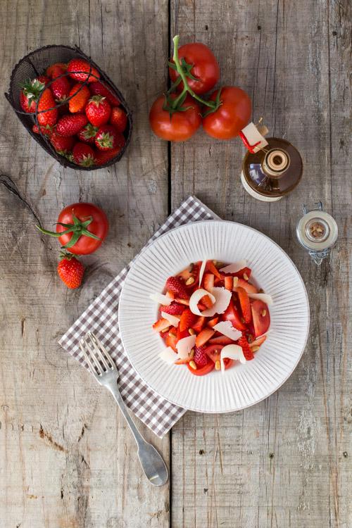 Salade Tomates-fraises, parmesan, pignons de pin et balsamique blanc